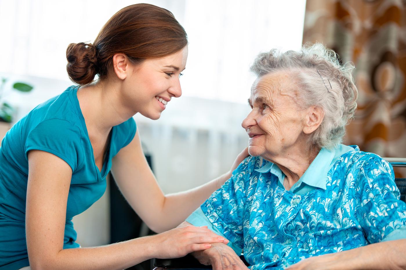Уход за пожилым или больным родственником. Как его организовать и сколько это будет стоить?